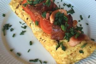omelet med fyld af bacon og cocktailpølser