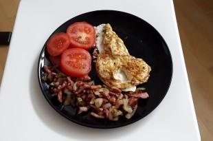 lækker og hurtig LCHF morgenmad med æg, bacon, løg og tomat