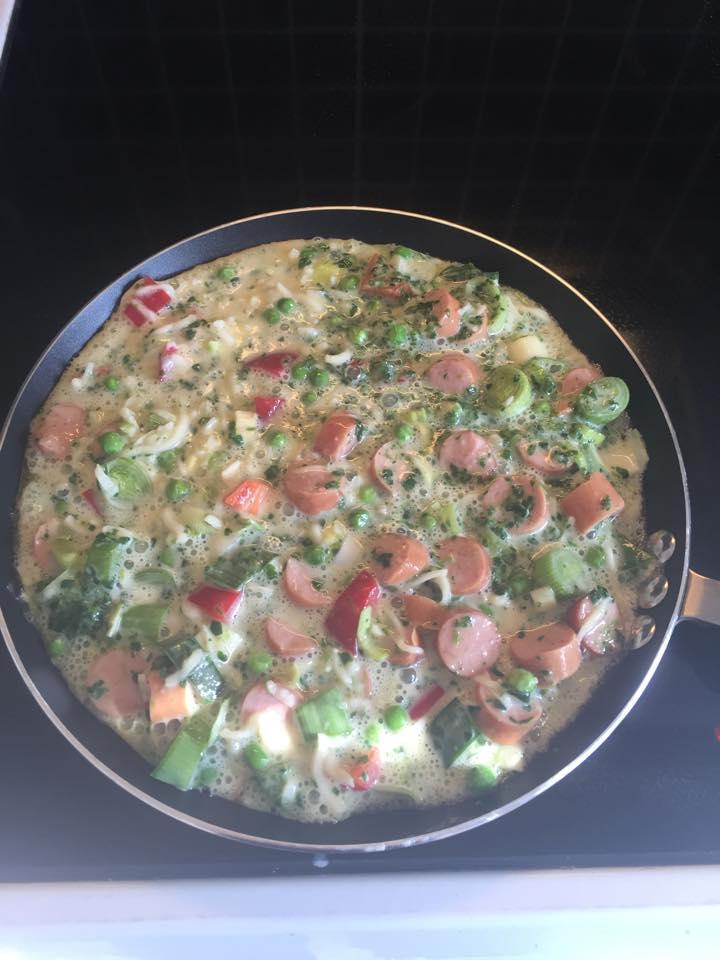 omelet med ost og pølser