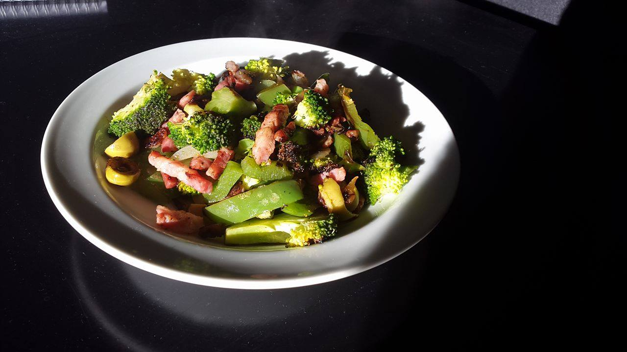 Lun broccolisalat med bacon