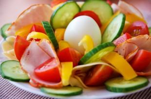 Hurtig LCHF morgenmad med æg, skinke og grønt