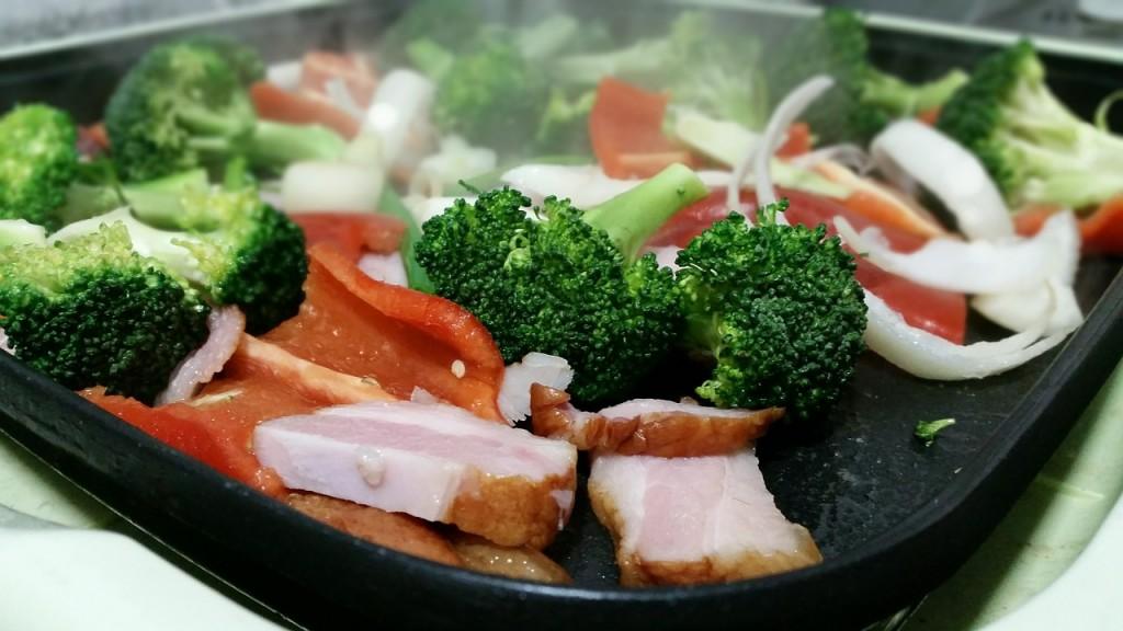 Sauteret hamburgerryg med broccoli, løg og peberfrugt