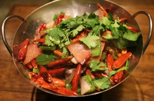 Spicy pork salad med chili og peberfrugter