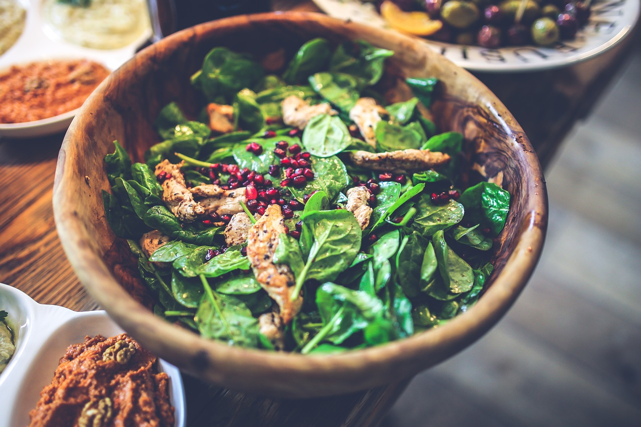 Spinatsalat med kylling og granatæbler
