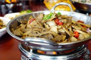 Stærk kinesisk wokret med svinekød
