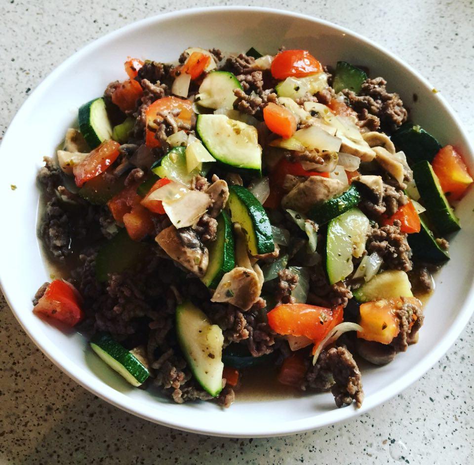Oksekødsret med squash, tomat og champignion