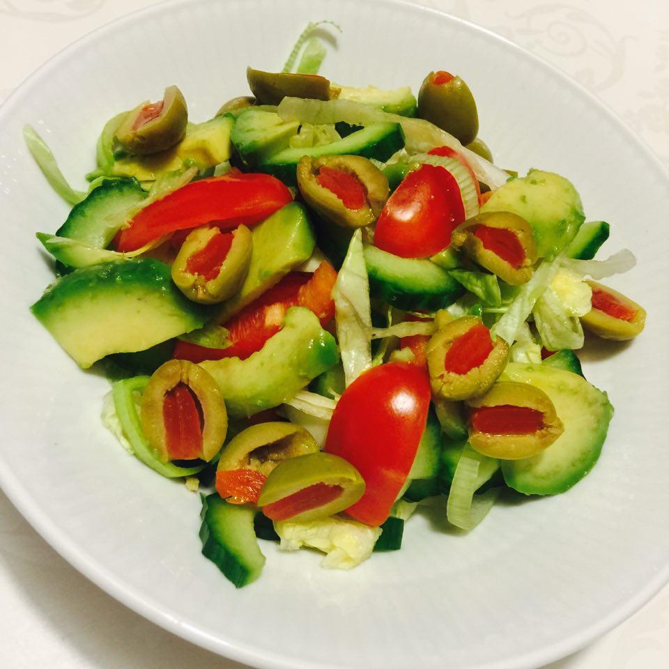 Hverdagssalat med avocado og oliven