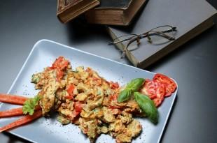 Spicy omelet med spinat, tomat og rød peber