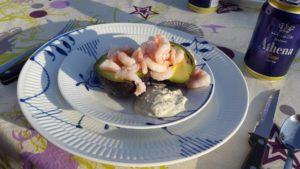 Avokadobåd med rejer og krydderurtedressing